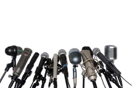 白い背景で隔離の記者会見で様々 なマイク配置
