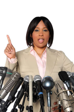 hablar en publico: Mujer dando discurso detr�s de micr�fonos durante la Conferencia de prensa