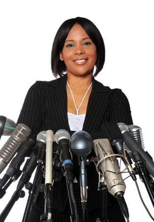 hablar en publico: Africano americana mujer detr�s de micr�fonos aislados sobre un fondo de qhite