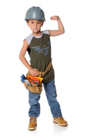Jonge jongen gekleed als bouwvakker geïsoleerd op een witte achtergrond