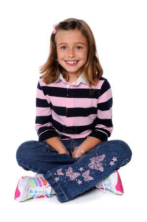 흰색 배경 위에 앉아 웃는 어린 소녀의 초상화