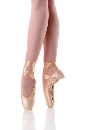 pies bailando: Pies de bailarina dancing on pinte aislado sobre un fondo blanco