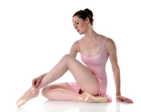 t�nzerin: Sch�ne Ballerina posiert auf einem wei�en Hintergrund