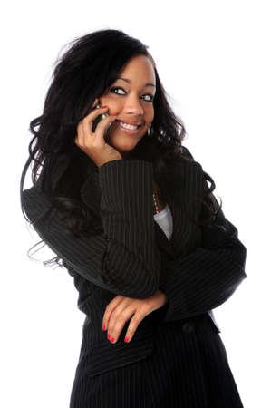 hablando por telefono: Hermosa mujer africano americana, hablando en el tel�fono m�vil