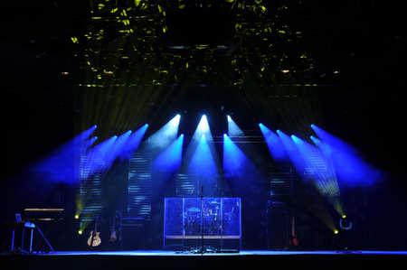 fari da palco: Stage con luci e misucal strumenti prima di un concerto