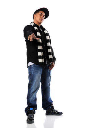 rapper: Joven hombre africano americano de hip-hop apuntando