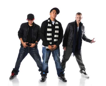 raperos: Hip hombres de hop j�venes aislados de pie sobre un fondo blanco