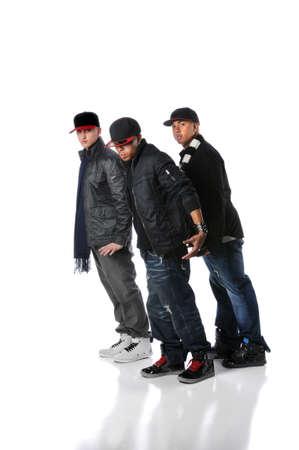 raperos: Hombres jóvenes de hip-hop realizar un baile aislado sobre un fondo blanco  Foto de archivo