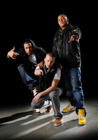 raperos: Bailarines de hip-hop posando
