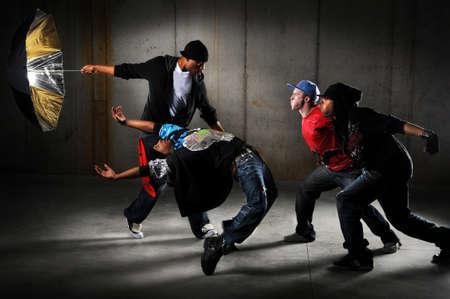 Hip hop mannen uitvoeren en handelen op een stedelijke achtergrond Stockfoto