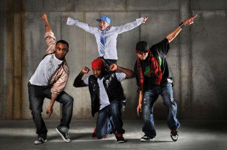 dance music: Hip-hop mannen dansen op een grunge achtergrond