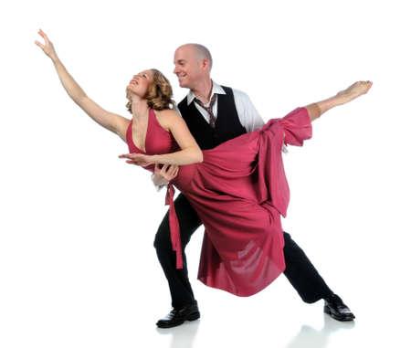 Hombre y mujer bailando aislados sobre un fondo blanco  Foto de archivo