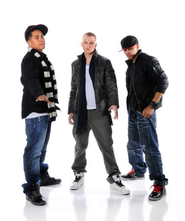 raperos: Grupo de tres bailarines de hip hop de pie sobre un fondo blanco  Foto de archivo