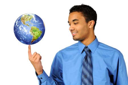 continente americano: Joven empresario multirracial, balanceo de la tierra en la punta del dedo