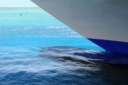 kiel: Kiel en romp van cruiseschip in heldere water van de Caribische zee