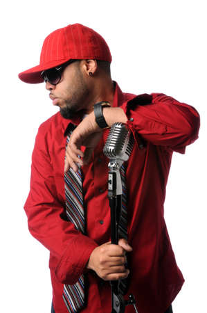 musicos: M�sico Africano Americano de hip hop posando con micr�fono vintage  Foto de archivo