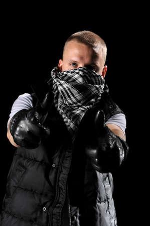 Hip hop danser met zakdoek op gezicht wijzen