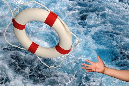 jangada: Mano alcanzando para lifering sobre la agitaci�n de las aguas