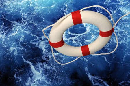 jangada: LifeRing cayendo sobre azul agitaci�n de agua  Foto de archivo