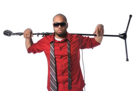 Afro-Amerikaanse man met vintage microfoon en staan op de schouders