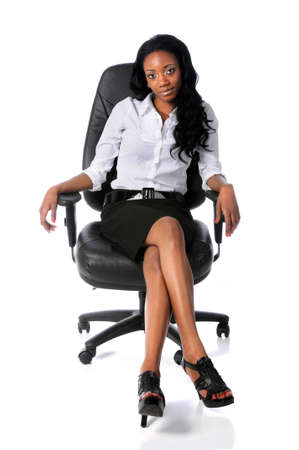 secretaria sexy: Estados Unido busineswoman sentado en silla de oficina aislado sobre blanco