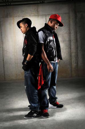 raperos: Bailarines de hip hop estadounidense realizar sobre fondo industrial  Foto de archivo