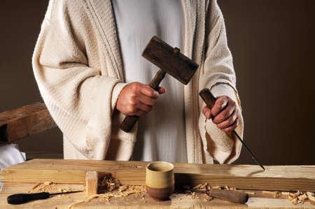 Jezus handen met houten hamer en beitel