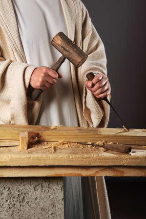 Jezus met hamer en beitel in werkplaats werken