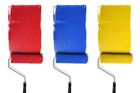roller: Rollos de pintura con los colores primarios aislados sobre fondo blanco
