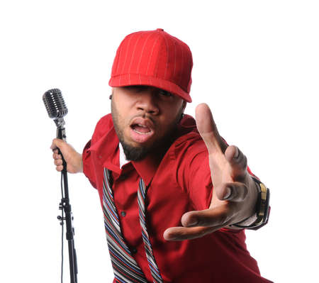 persona cantando: Hombre afroamericano vestido con camisa roja y Gorra cantando y la celebraci�n de micr�fono vintage