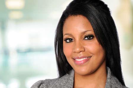 Portret van Afro-Amerikaanse zaken vrouw in een kantoor omgeving