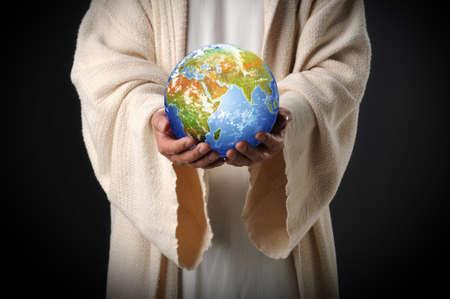 mano de dios: Jes�s mantener el mundo en sus manos sobre un fondo oscuro  Foto de archivo