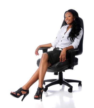 mujer sentada: Empresaria estadounidense sentado en la silla de Oficina  Foto de archivo