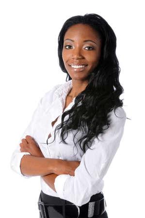 businesswoman suit: Empresaria estadounidense sonriendo con los brazos cruzados