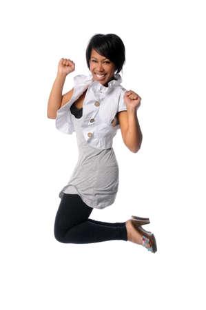 persona saltando: Mujer afroamericana saltando aislado blanco
