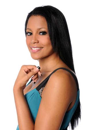 Portret van prachtige Afrikaanse Amerikaanse vrouw geïsoleerd op witte achtergrond