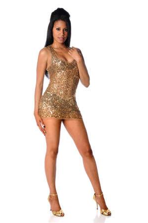 vestido corto: Mujer afroamericana, vestida con traje dorado aislado sobre fondo blanco  Foto de archivo