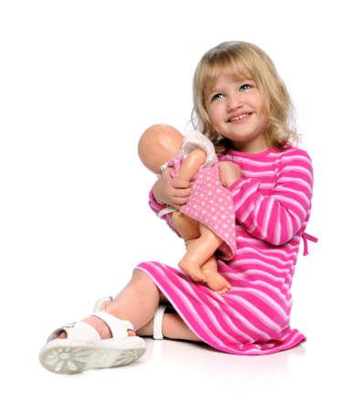 poup�e: Jeune fille jouant avec poup�e isol�e sur blanc