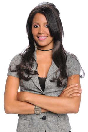 Portret van jonge African American zakenvrouw met armen gekruist