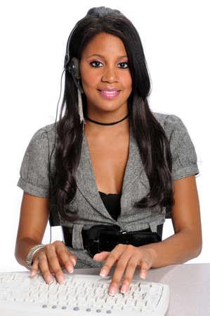 African American klantenservice met telefoon headset werken