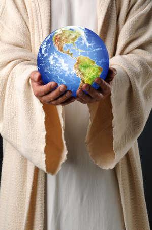De handen van Jezus die planeet aarde houden Stockfoto
