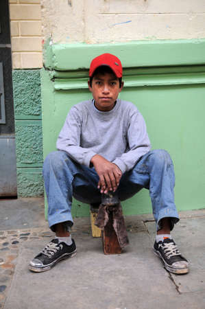 CAJABAMBA PERU - SEPTEMBER 6: Slechte Peruaanse schoenpoets jongen in Cajabamba, Peru op 6 september 2009 Redactioneel
