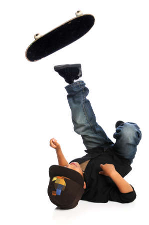 젊은 아프리카 계 미국인 스케이트 보더 떨어지는 흰색 배경 위에 절연