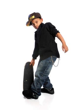 ni�o en patines: Skater de j�venes afroamericanos aislado sobre fondo blanco