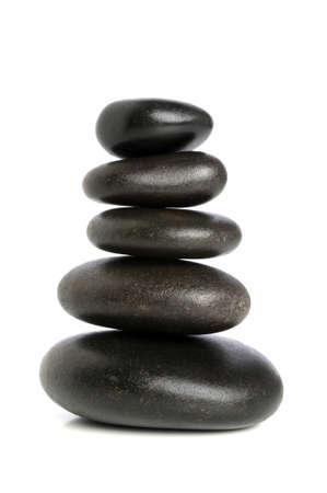 흰 바탕에 고립 된 틈새에 쌓인 검은 돌