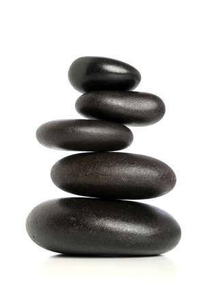 piedras zen: Cinco piedras negras equilibrados aislados a fondo blanco