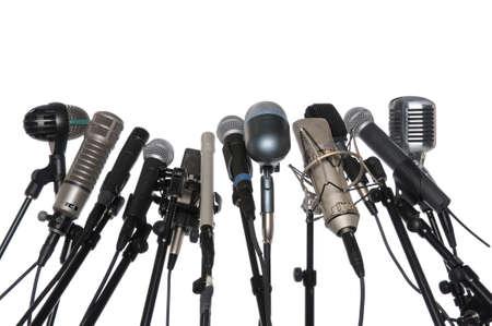 Microfoons van verschillende stijlen geïsoleerd op witte achtergrond