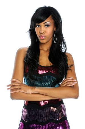 mannequin africain: Portrait de jeune femme afro-am�ricaine les bras crois�s isol� sur fond blanc