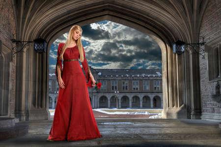Prachtige Renaissance vrouw met roos in oud gebouw Stockfoto - 8025232