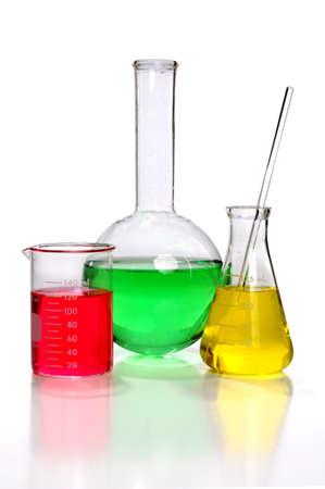 vaso de precipitado: Cristaler�a de laboratorio con el �ndice y el vaso de precipitados aislados sobre fondo blanco